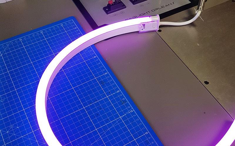 Comment installer les connectiques sur un néon LED BULBE RGB ?