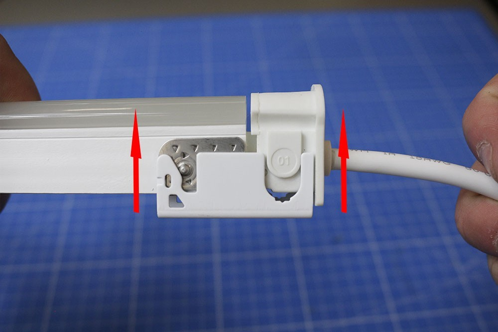 Comment installer les connectiques sur un néon LED BULBE ?