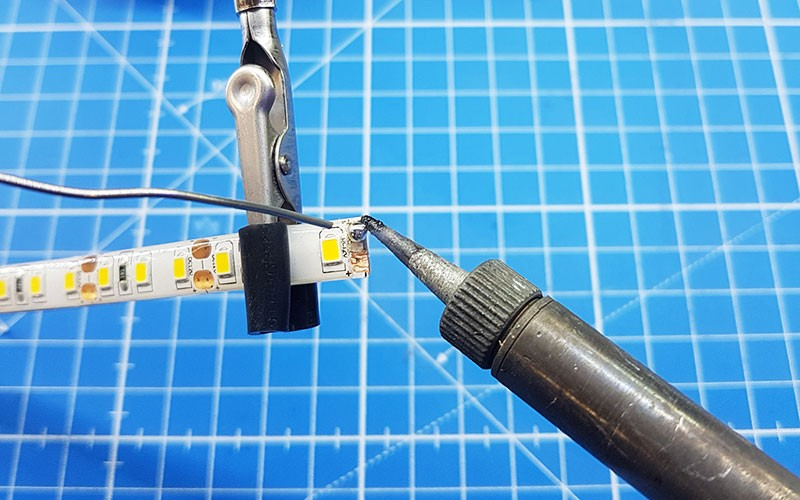 Comment couper, souder et raccorder un ruban LED basse tension ?