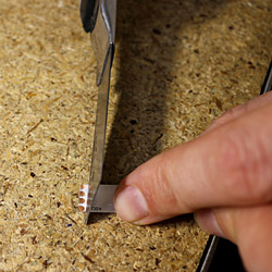 Retirez le silicone de la bande led avec un cutter