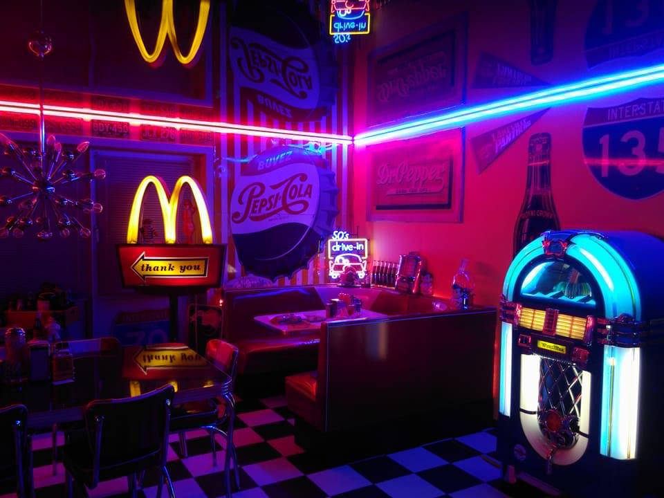 Plongez dans un restaurant américain des années