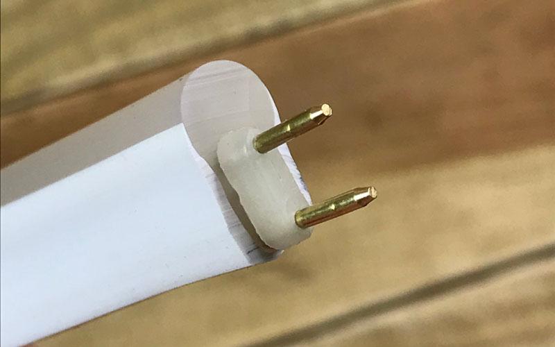Enfoncer le raccord mâle-mâle dans le néon LED 220V