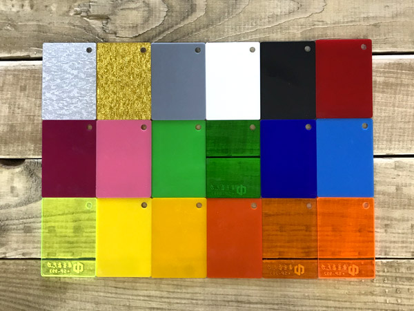 Différentes teintes de Plexiglass pour la fabrication d'une enseigne LED
