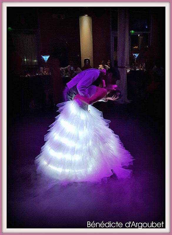 39d609d4cbb Eclairage led à pile sur une robe de mariée ...